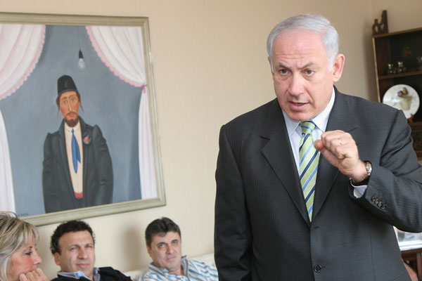 Bibi Netanyahu speaks to businesspeople at a fundraiser in the Far Rockaways. Photo by Pat Arnow.